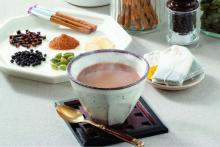 Black tea from Sri Lanka, nutmeg, cardamom, pepper, ceylon cinnamon, ginger, cloves and contains Cha